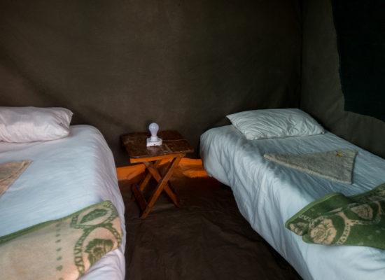 Bedden in bush safari tent Botswana