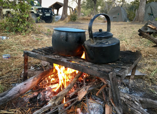 Ketels op vuur campsite Moremi game reserve Botswana