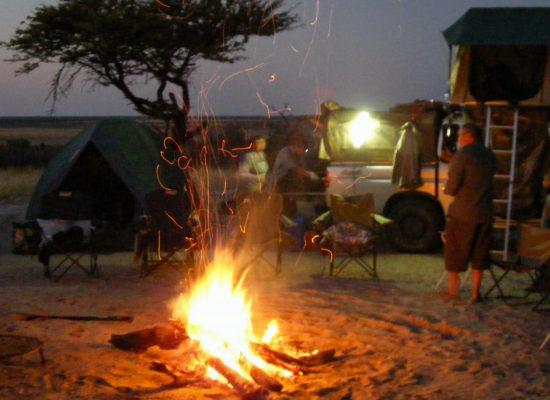 Gezellig kampvuur op de campsite tijdens een mooie reis door Grandioos Afrika