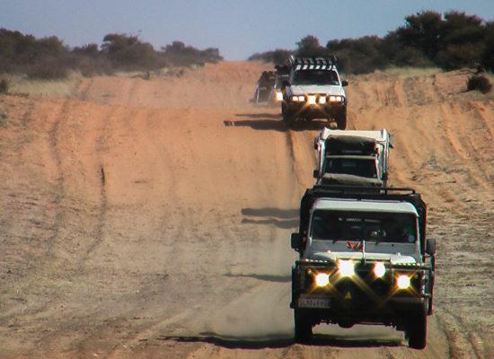Rijden met Landrovers tijdens een safari in Grandioos Afrika